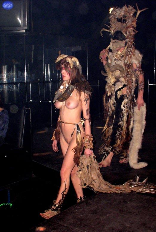Голая грудь на показе мод видео фото 586-853